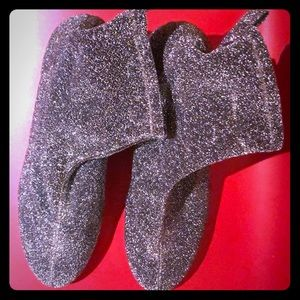 Silver glitter high ankle boots with round heel.